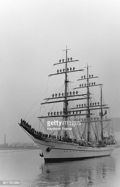 Portuguese three master training school Sagres arrives in the harbour of SaintMalo with all sailors standing on masts on June 18 1963 in SaintMalo...