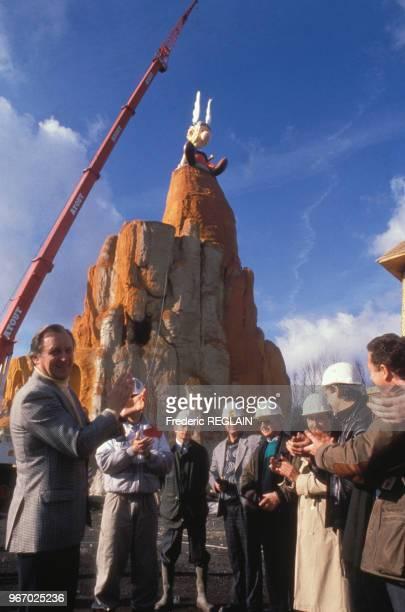 Pose de la statut Astérix au parc Asterix en présence d'Albert Uderzo le 19 février 1989 à Plailly France