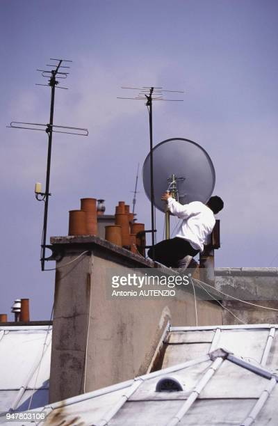 Pose d'une antenne parabolique sur le toit d'un immeuble en France