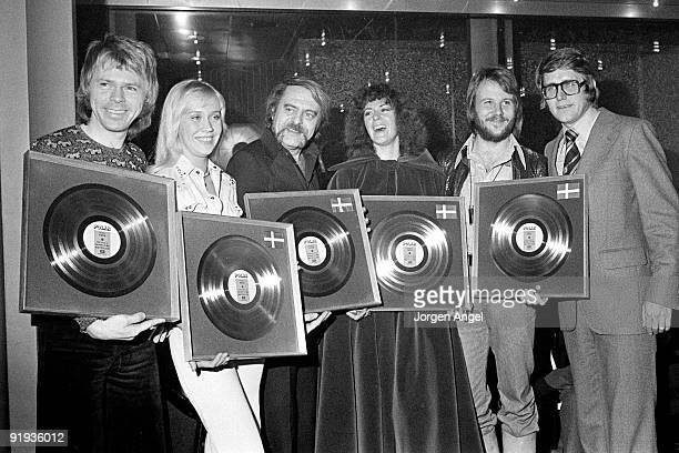 ABBA pose holding silver discs for sales of 25000 of the album Waterloo Bjorn Ulvaeus Agnetha Faltskog manager Stikkan Andersson AnniFrid Lyngstad...