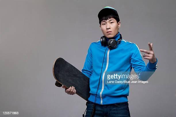 posing with skateboard - trainingsoberteil stock-fotos und bilder