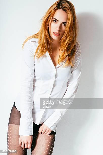 posieren junge schöne frau mit strümpfe und weißen hemd - junge frau strumpfhose stock-fotos und bilder