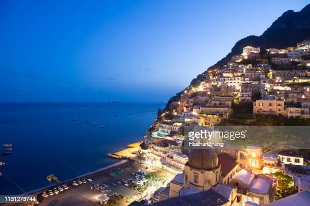 positano, beleuchtet von straßenlaternen - terrassenfeld stock-fotos und bilder