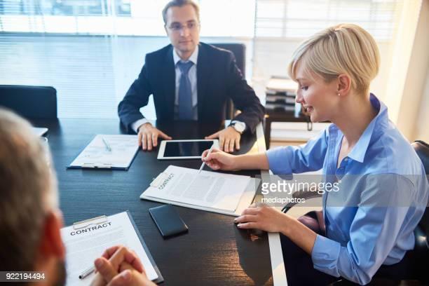 Positiven Geschäftsfrau Vertrag vor der Unterzeichnung zu prüfen