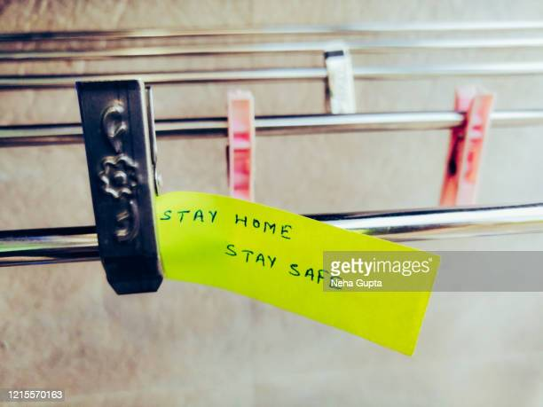 positive message. stay home, stay safe. quarantine. - prophylaxie photos et images de collection