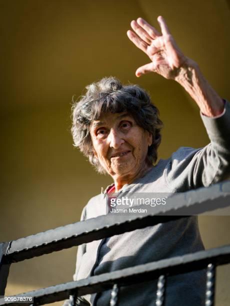 positive senior woman - zwaaien gebaren stockfoto's en -beelden