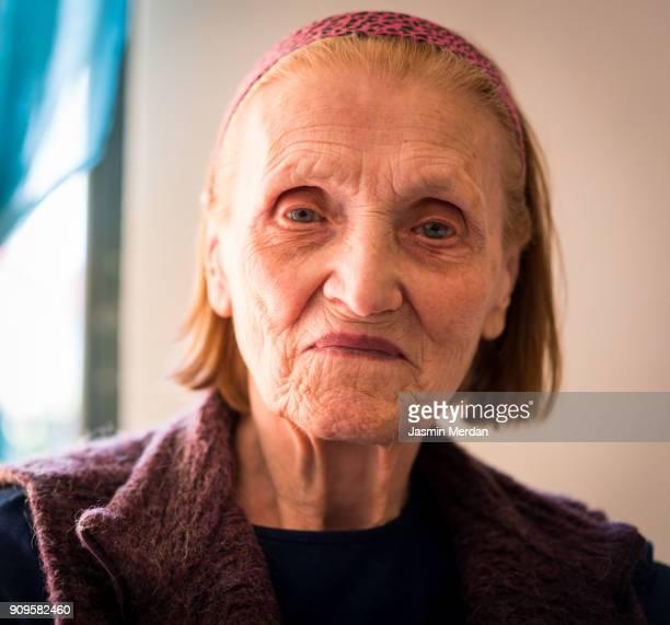 positive senior woman - eine seniorin allein stock-fotos und bilder