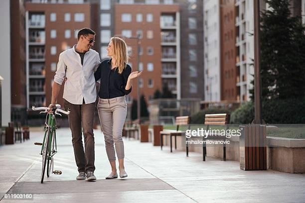 positive toughts about new neiborhood - casal heterossexual - fotografias e filmes do acervo