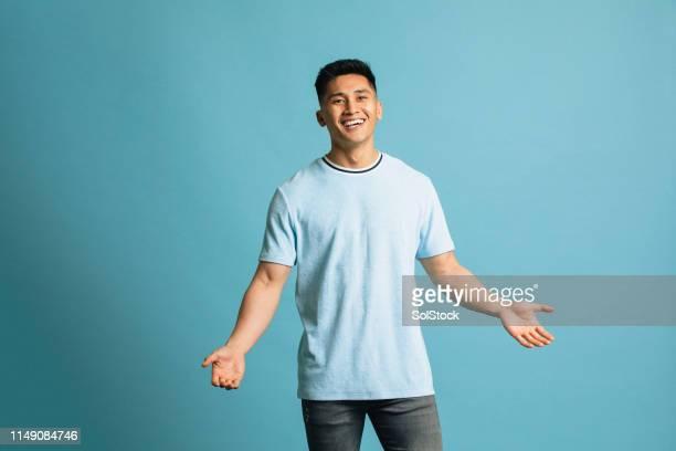 positieve jonge man - uitgestrekte armen stockfoto's en -beelden