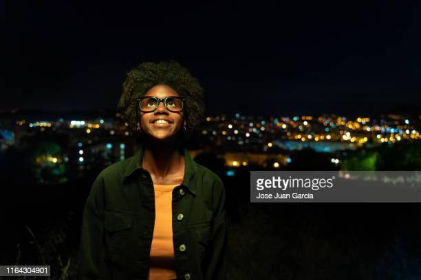 positive jeune femme regardant avec espoir - cadrage à la taille photos et images de collection