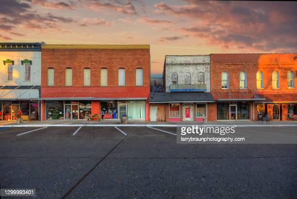 positively 4th street - localidad pequeña fotografías e imágenes de stock