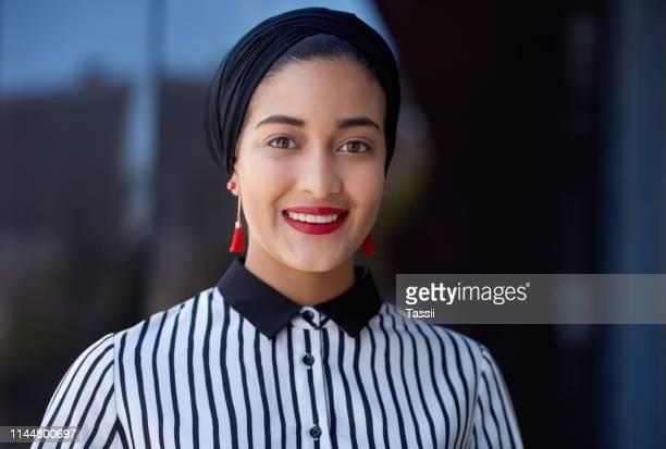 la positivité fait des merveilles pour une carrière - femme arabe photos et images de collection
