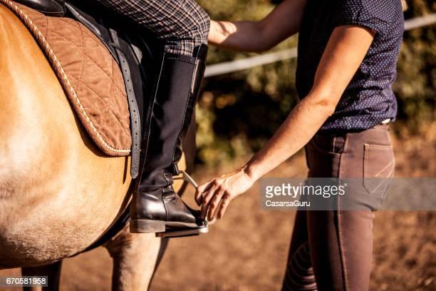possiton van rider´s leg in stirreups - paardrijden stockfoto's en -beelden