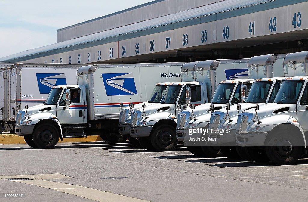 U.S. Postal Service Proposes Cutting 120,000 Jobs : News Photo