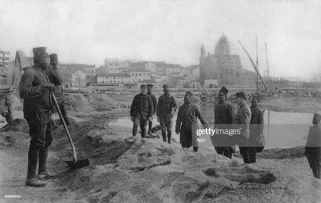 Postcard of Saint Raphael and senegalais The beach here senegalais fill sandbags to the trenches 1914 1918 WW1 : Fotografía de noticias