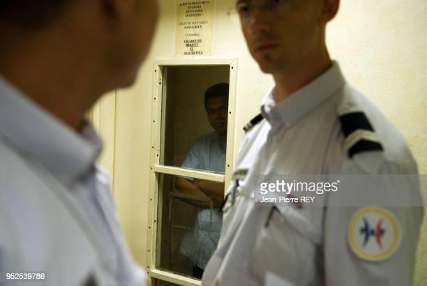 Poste de police au terminale 2F à Roissy, un colombien avec de faux documents est placé en garde à vue le 8 septembre 2006, France.