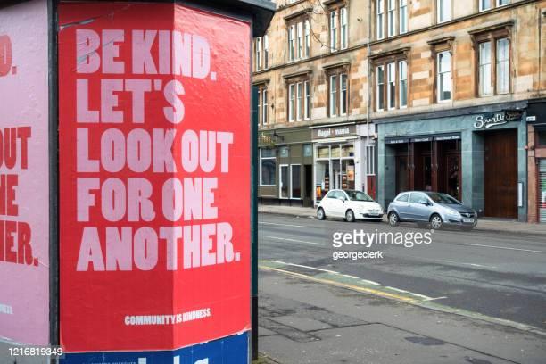 cartaz pedindo bondade e espírito comunitário durante a pandemia covid-19 - glasgow escócia - fotografias e filmes do acervo