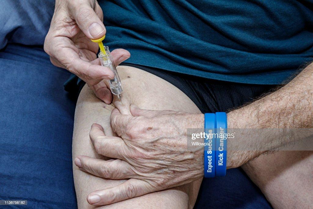 Post-Surgery Krebs Patient selbst Injizieren Blutverdünner Medikamente : Stock-Foto