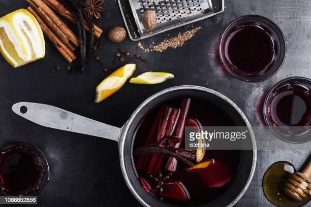 pot and glasses of mulled wine - gewürznelke stock-fotos und bilder
