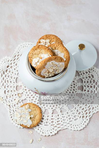 pot of flapjacks with sugar icing - doily ストックフォトと画像