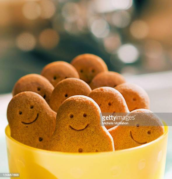 pot of smiling gingerbread men - anthropomorphic stock pictures, royalty-free photos & images
