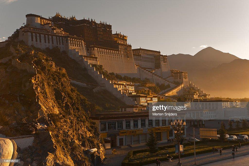 Potala Palace at sunrise. : Stockfoto