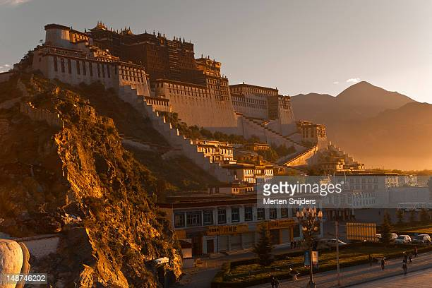 potala palace at sunrise. - merten snijders stock-fotos und bilder