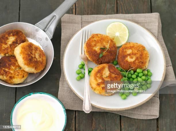 potato and smoked mackerel cakes with peas and lime mayonnaise - rua fotografías e imágenes de stock