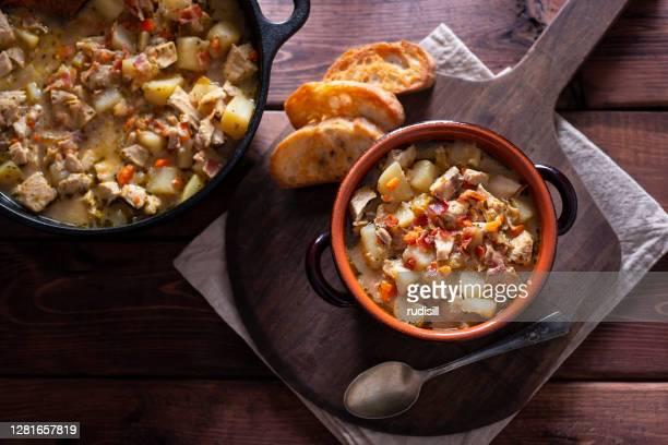 ポテトチキンベーコンスープ - ダッチオーブン ストックフォトと画像
