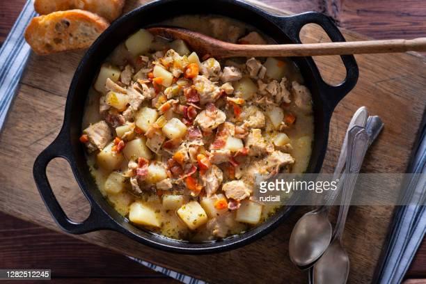 ポテトチキンスープ - ダッチオーブン ストックフォトと画像