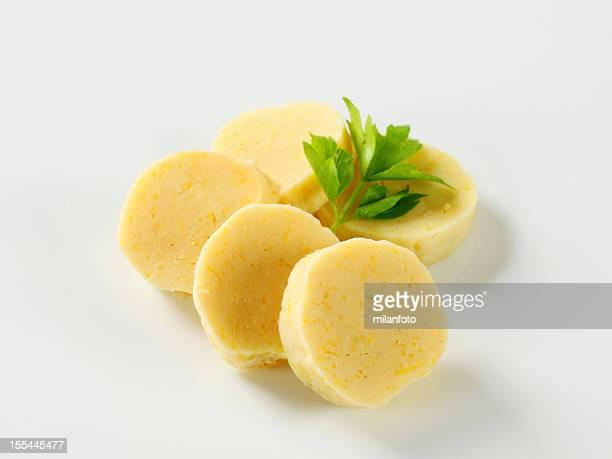 Kartoffel-Teigtaschen, isoliert auf weiss