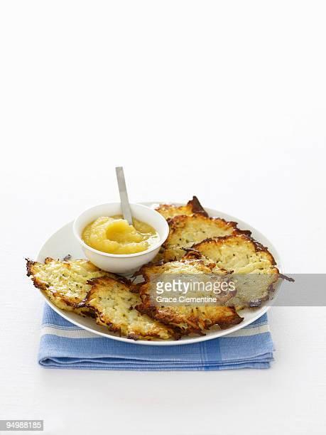 potato latkes with apple sauce - chanukka stock-fotos und bilder