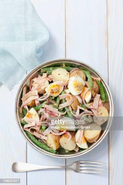 potato salad with ham, egg, green beans and a mustard vinaigrette - rua stock-fotos und bilder