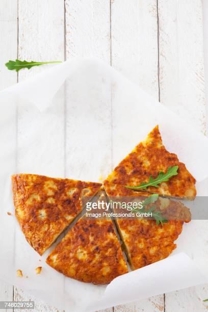 potato tortilla with rocket, cut into slices - tortilla de patata fotografías e imágenes de stock