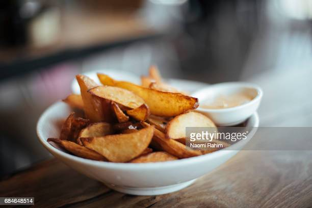 potato wedges and aioli served in a bowl - fries imagens e fotografias de stock