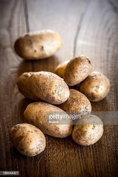 Pomme de terre sur une table en bois