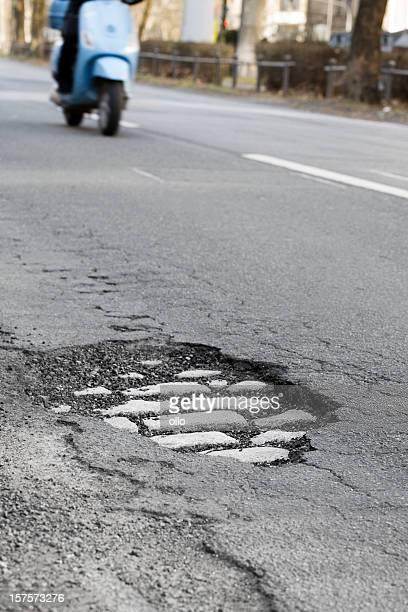 pothole e s'aproximando de motocicleta - buraco - fotografias e filmes do acervo