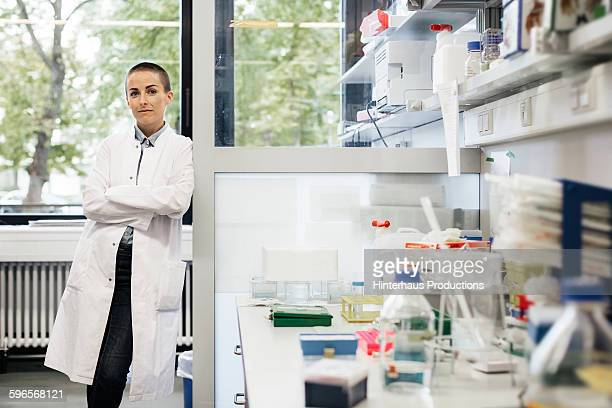 potrait of a female scientist in a laboratory - 女性科学者 ストックフォトと画像