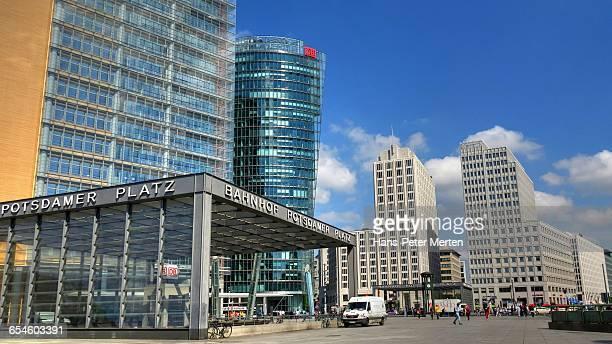 potsdamer platz, berlin - mensch im hintergrund stock-fotos und bilder