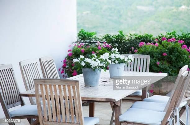 Schöne Blumen auf dem Tisch