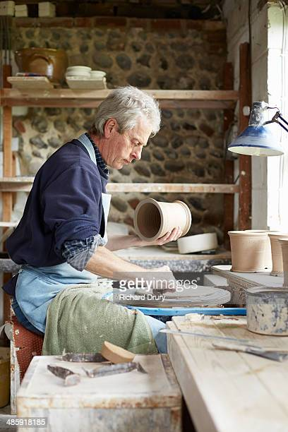 potter preparing to turn cutlery drainer footring - richard drury stock pictures, royalty-free photos & images