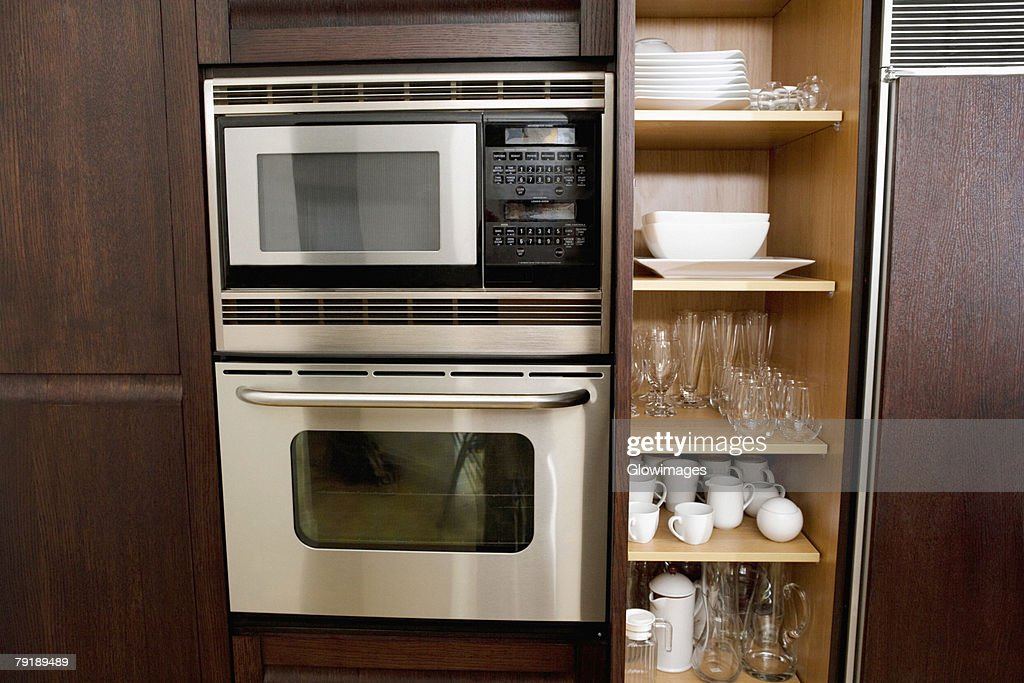 Potteries in a kitchen cabinet : Foto de stock