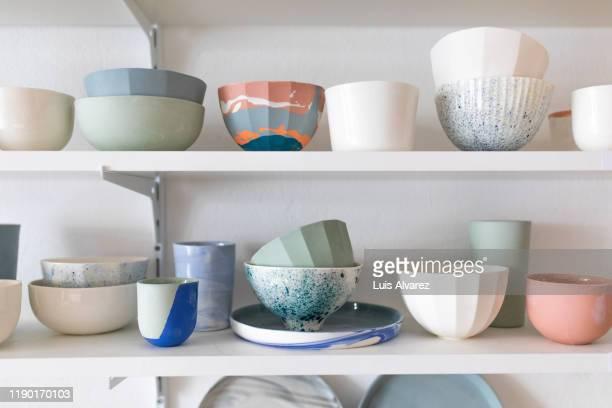 pottery workshop interior with pots on shelf - schaal serviesgoed stockfoto's en -beelden