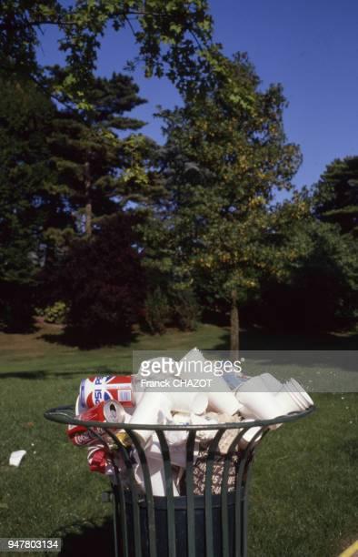 Poubelle débordant de déchet dans le parc Montsouris à Paris France