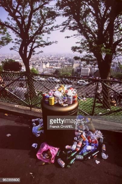 Poubelle pleine dans le square Louise Michel à Paris France
