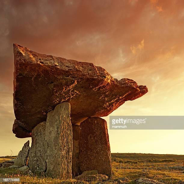 dolmen de poulnabrone au coucher du soleil - poulnabrone dolmen photos et images de collection