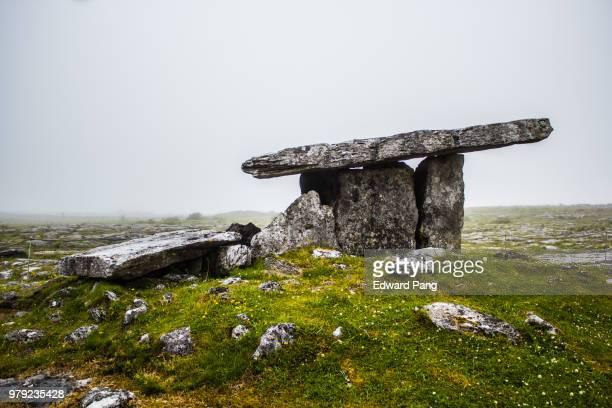 poulnabrone dolmen, clare, ireland - poulnabrone dolmen photos et images de collection