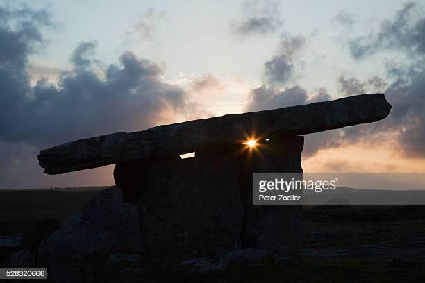 poulnabrone dolmen near ballyvaughan; county clare ireland - poulnabrone dolmen photos et images de collection