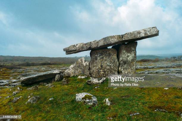 poulnabrone dolmen - poulnabrone dolmen photos et images de collection