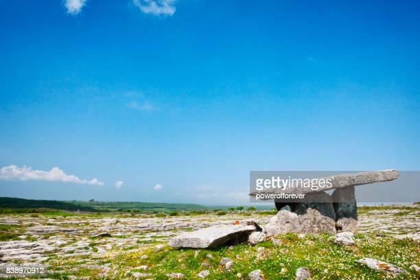 dolmen de poulnabrone tombeau portail au burren dans le comté de clare, irlande. - poulnabrone dolmen photos et images de collection